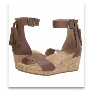 UGG Women's Zoe Wedge Sandal size 6 chestnut.